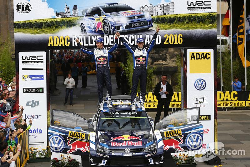 Podio: i vincitori Sébastien Ogier, Julien Ingrassia, Volkswagen Motorsport