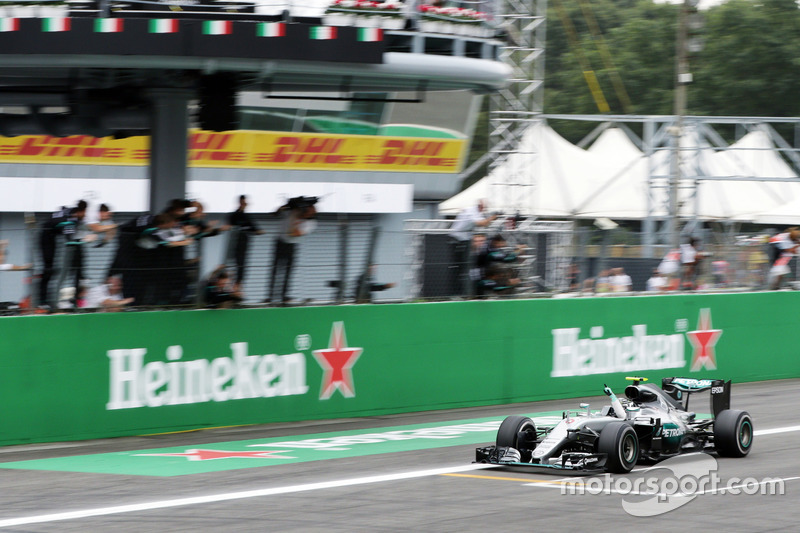 Race winner Nico Rosberg, Mercedes AMG F1 W07 Hybrid celebrates at the end of the race