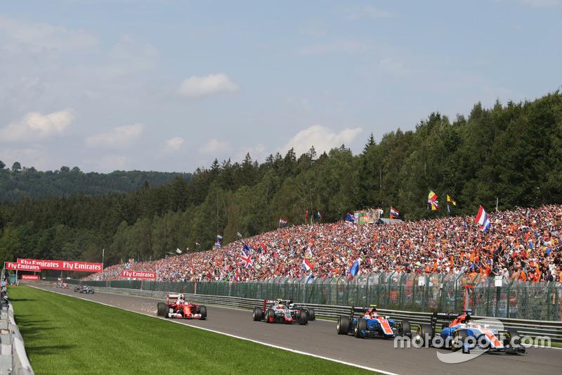 Pascal Wehrlein, Manor Racing MRT05 precede il compagno di squadra Esteban Ocon, Manor Racing MRT05