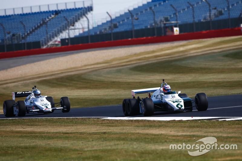 Jenson Button conduce un 1982 Williams FW08B, por delante de Guy Martin en un 1983 Williams FW08C