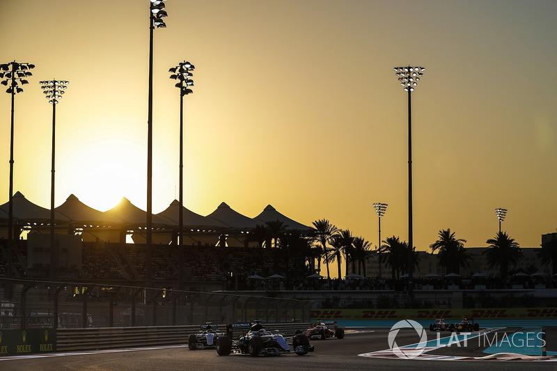 Sin embargo, existe un desafío único en Abu Dhabi: se trata de la única prueba que comienza con la luz del sol y que termina ya por la noche. Así, las temperaturas varían bastante durante la disputa.