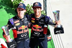 Daniil Kvyat, Red Bull Racing en Daniel Ricciardo, Red Bull Racing op het podium