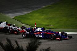 Pierre Gasly, Toro Rosso STR13 Honda, Kevin Magnussen, Haas F1 Team VF-18 Ferrari