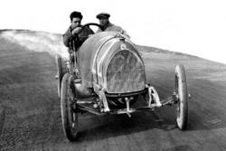Enzo Ferrari tijdens een test met zijn monteur Nino Berretta, 15-20 HP CMN