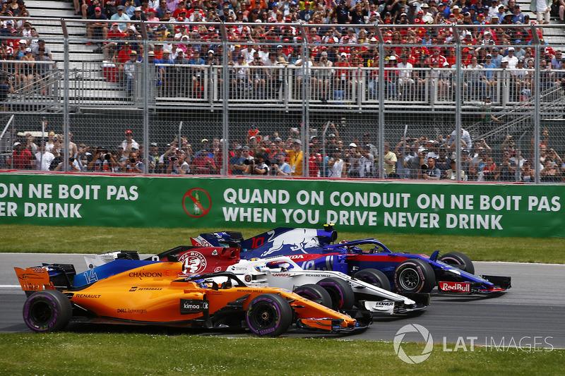 Fernando Alonso, McLaren MCL33, lucha con Marcus Ericsson, Sauber C37 y Pierre Gasly, Toro Rosso