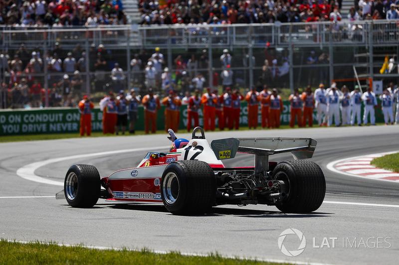 Jacques Villeneuve dans la Ferrari 312T3, de Gilles Villeneuve