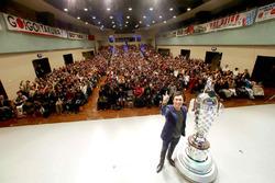 Ganador de Indy 500 Takuma Sato, Andretti Autosport con el trofeo de Borg-Warner