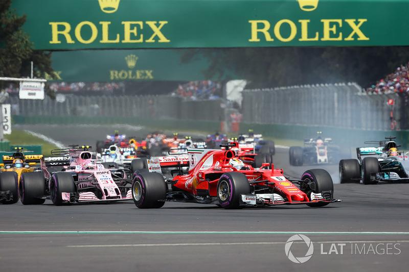 Lewis Hamilton, Mercedes-Benz F1 W08 con un neumático ponchado, Sebastian Vettel, Ferrari SF70H