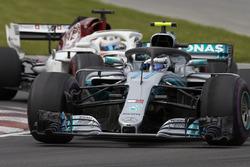 Valtteri Bottas, Mercedes AMG F1 W09, voor Marcus Ericsson, Sauber C37