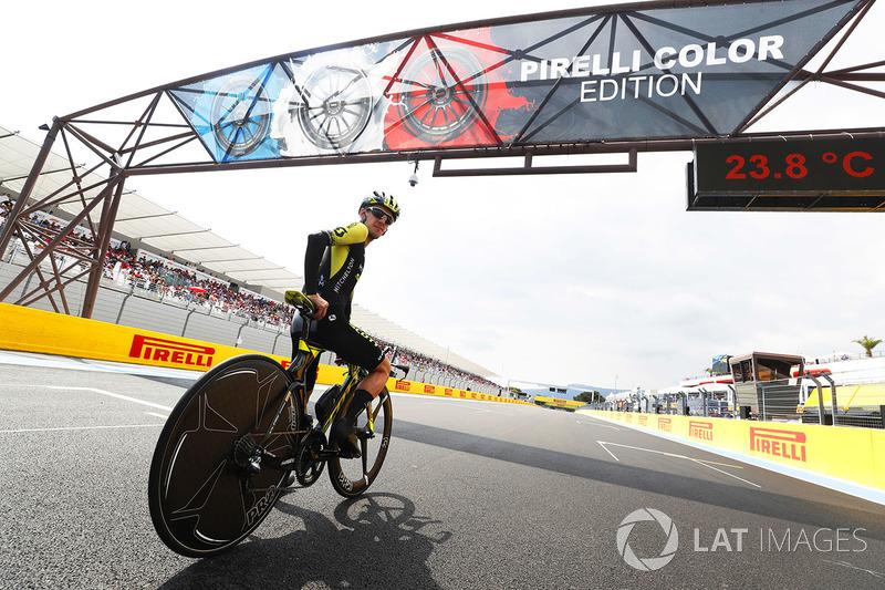 El ciclista de carretera Simon Yates de Mitchelton-Scott lleva al circuito en su bicicleta