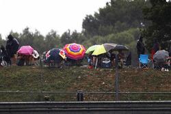 Fans schuilen onder een paraplu