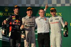 Podio: il secondo classificato Daniel Ricciardo, Red Bull Racing, il vincitore della gara Nico Rosberg, Mercedes AMG F1, Andy Cowell, Managing Director, Mercedes AMG High Performance Powertrains, il terzo classificato Kevin Magnussen, McLaren