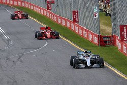 Льюис Хэмилтон, Mercedes AMG F1 W09, и Кими Райкконен, Ferrari SF71H
