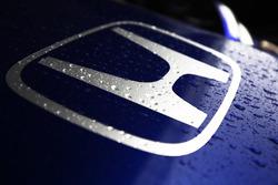 La pluie tombe sur la Toro Rosso STR13