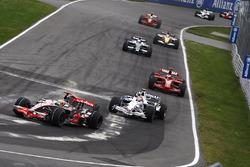 Lewis Hamilton, McLaren MP4-23, leads Robert Kubica, BMW Sauber F1.08, Kimi Raikkonen, Ferrari F2008, Nico Rosberg, Williams FW30, and Fernando Alonso, Renault R28