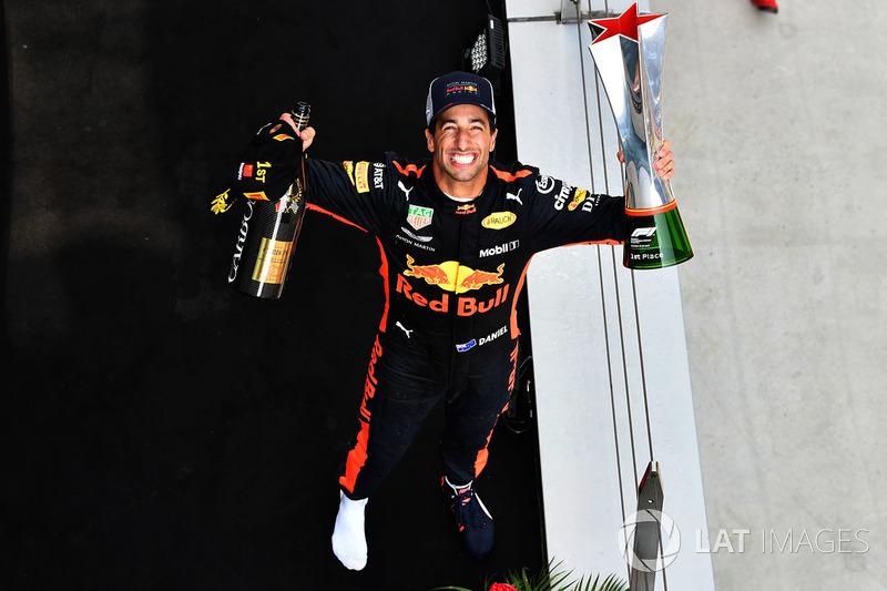Le vainqueur Daniel Ricciardo, Red Bull Racing fête sa victoire sur le podium avec le trophée