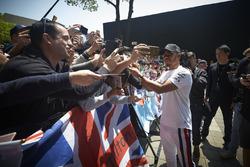Lewis Hamilton, Mercedes AMG F1, zet handtekeningen voor fans