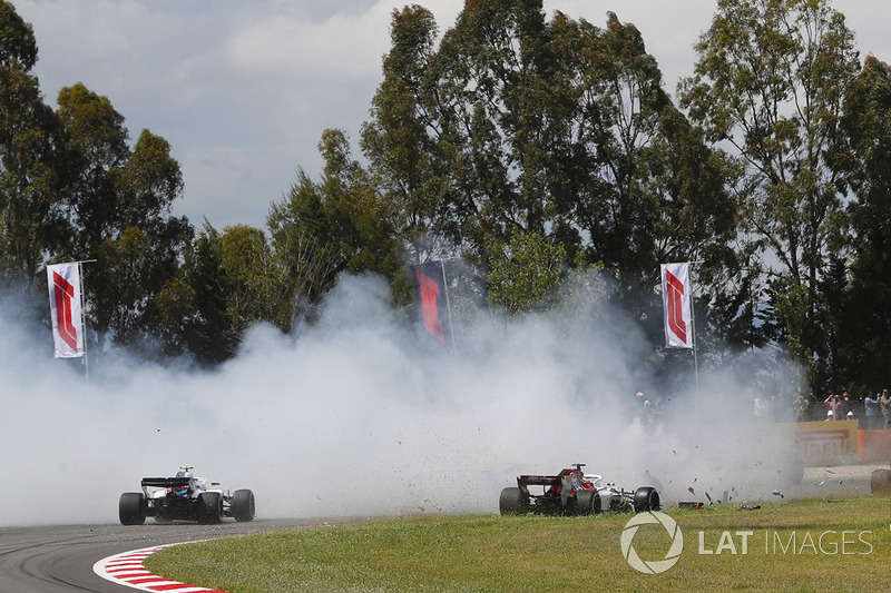 Sergey Sirotkin, Williams FW41 y Marcus Ericsson, Sauber C37, evitan un accidente que involucra a Romain Grosjean, Haas F1 Team VF-18, Nico Hulkenberg, Renault Sport F1 Team R.S. 18. y Pierre Gasly, Toro Rosso STR13