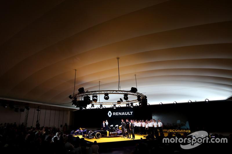(L nach R): Carlos Ghosn, Präsident Renault mit Jolyon Palmer, Renault F1 Team; Esteban Ocon, Renaul
