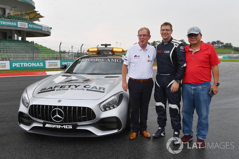 Profesör Steve Grigg ve Bernd Maylander, FIA Güvenlik Aracı sürücüsü