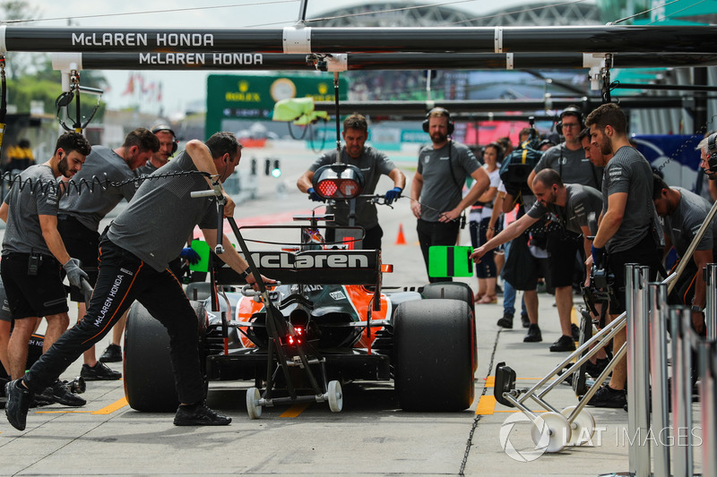 Fernando Alonso, McLaren MCL32 makes a practice pitstop