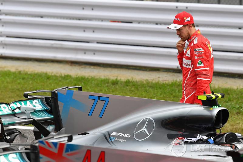 Sebastian Vettel, Ferrari bekijkt de Mercedes-Benz F1 W08 in parc ferme