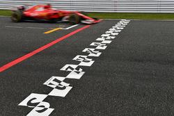 Sebastian Vettel, Ferrari SF70H e la linea di partenza/arrivo