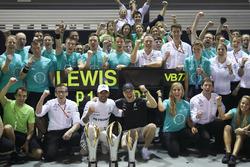 Ganador, Lewis Hamilton, Mercedes AMG F1, tercero, Valtteri Bottas, Mercedes AMG F1, celebran con el equipo