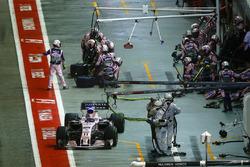 Sergio Perez, Sahara Force India F1 VJM10, sort de son stand