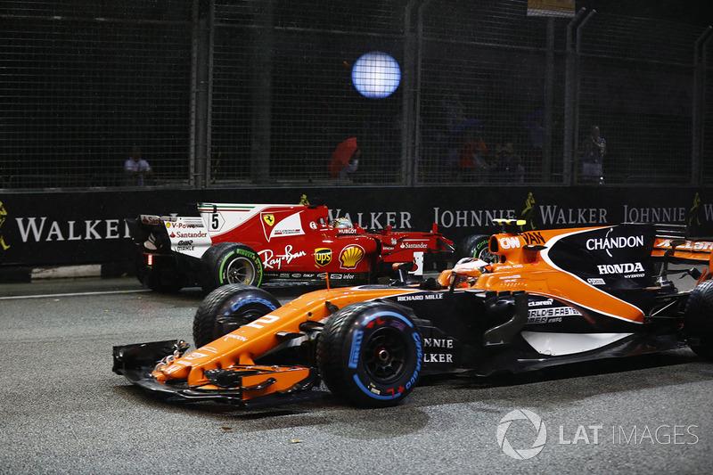 Stoffel Vandoorne, McLaren MCL32 ve  Sebastian Vettel, Ferrari SF70H kaza yapıyor