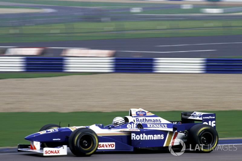 Ріккардо Патрезе керує чемпіонською машиною Williams Renault FW18