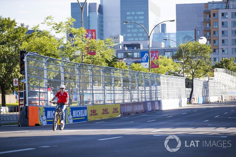 Felix Rosenqvist, Mahindra Racing en una carrera de bicis