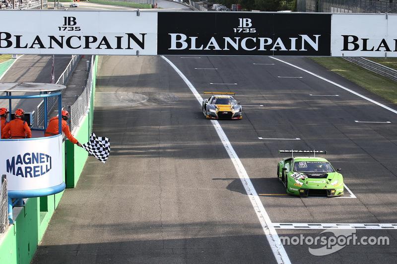 Bandiera a scacchi per #63 GRT Grasser Racing Team, Lamborghini Huracan GT3: Mirko Bortolotti, Christian Engelhart, Andrea Caldarelli
