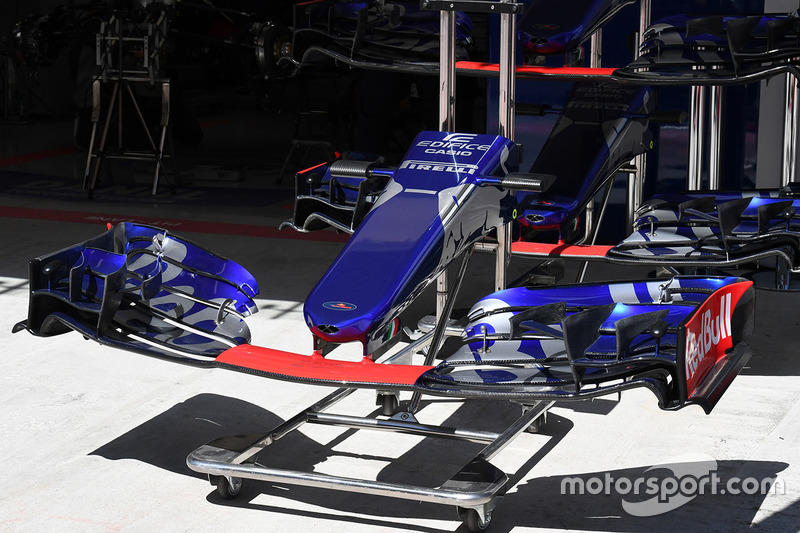 Scuderia Toro Rosso STR12 nose and front wing