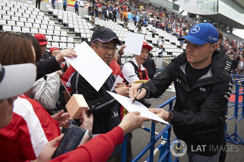 Валттері Боттас, Mercedes AMG F1, роздає автографи