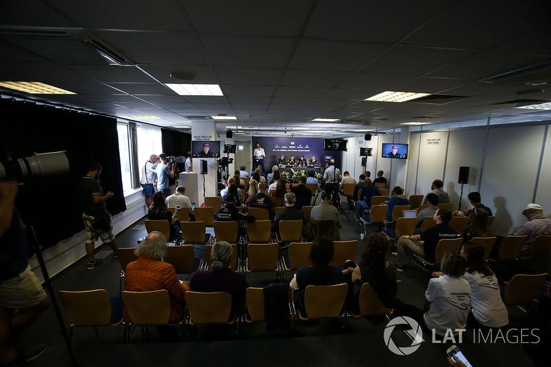 Медіа-делегат FIA Маттео Бончіані, Стофель Вандорн, McLaren, Макс Ферстаппен, Red Bull Racing, Серхіо Перес, Force India, Кевін Магнуссен, Haas F1