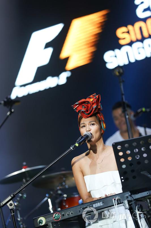 Aarika Lee & The Next Movement auf der Bühne im Village
