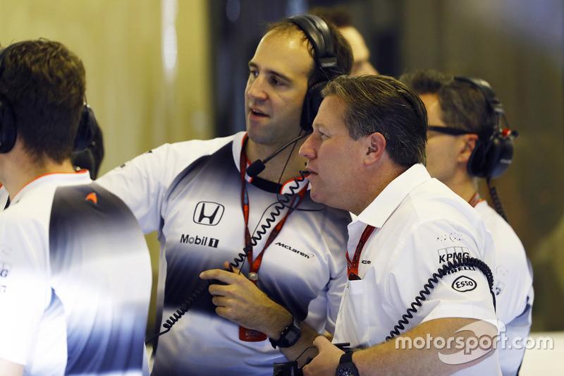 Zak Brown y Tom Stallard, McLaren en el garaje