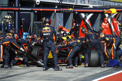 Max Verstappen, Red Bull Racing RB13, s'arrête au stand