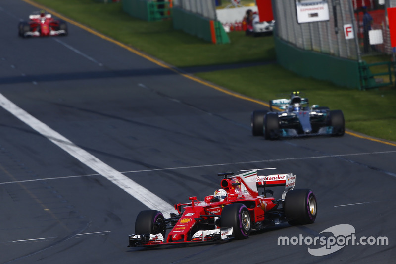 Sebastian Vettel, Ferrari, SF70H; Valtteri Bottas, Mercedes AMG F1, W08; Kimi Räikkönen, Ferrari, SF