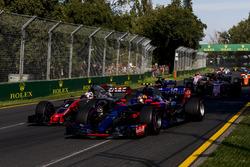 Carlos Sainz Jr., Scuderia Toro Rosso STR12 y Romain Grosjean, Haas F1 Team VF-17