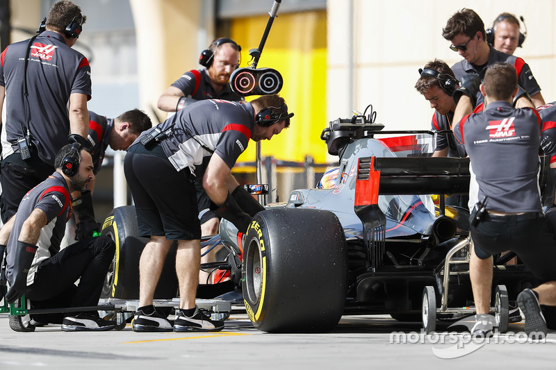 Romain Grosjean, Haas F1 Team VF-17, pit stop action