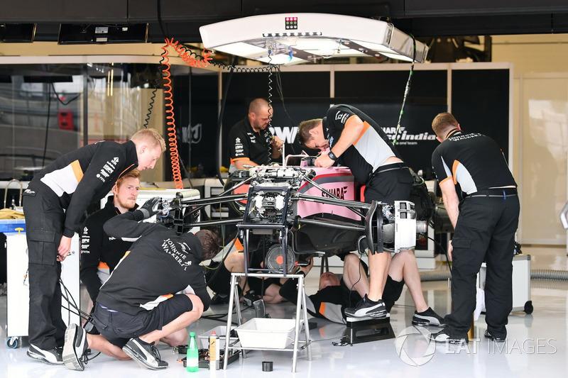 Sahara Force India VJM10 у гаражі