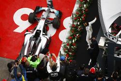 Podio: ganador de la carrera Lewis Hamilton, Mercedes AMG F1 W08, celebrates con el segundo lugar Sebastian Vettel, Ferrari SF70H y el tercer lugar Max Verstappen, Red Bull Racing RB13