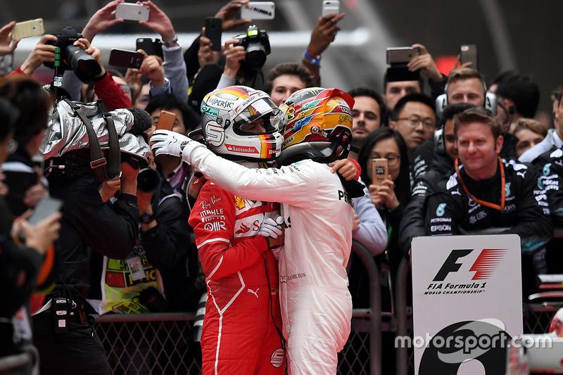 Lewis Hamilton, Mercedes AMG F1; Sebastian Vettel, Ferrari, im Parc Ferme