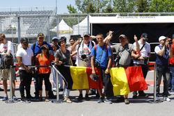 Fans de Stoffel Vandoorne, McLaren, en pit lane