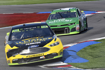 Brad Keselowski, Team Penske, Ford Fusion Alliance Truck Parts, Kyle Larson, Chip Ganassi Racing, Chevrolet Camaro Clover/First Data