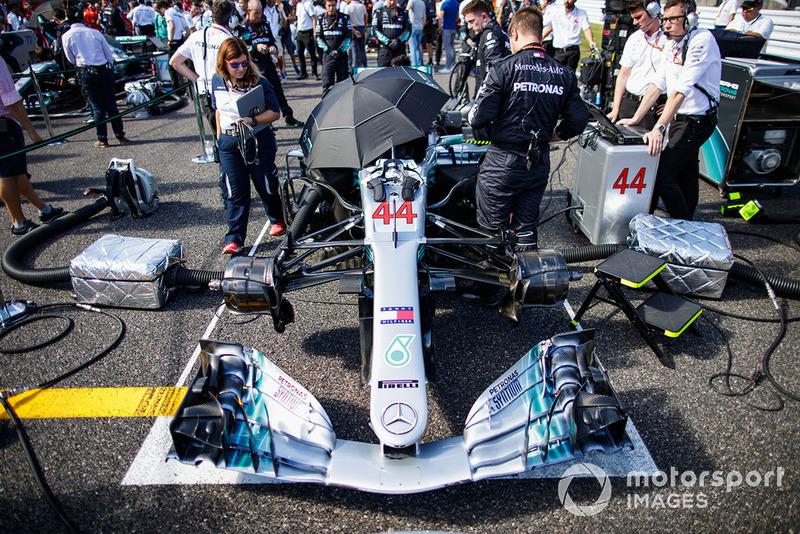 Mercedes F1 W09 на стартовой решетке