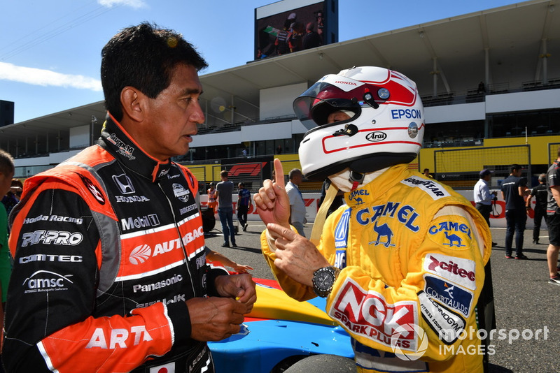 Aguri Suzuki et Satoru Nakajima lors des Legends F1 30th Anniversary Lap Demonstration