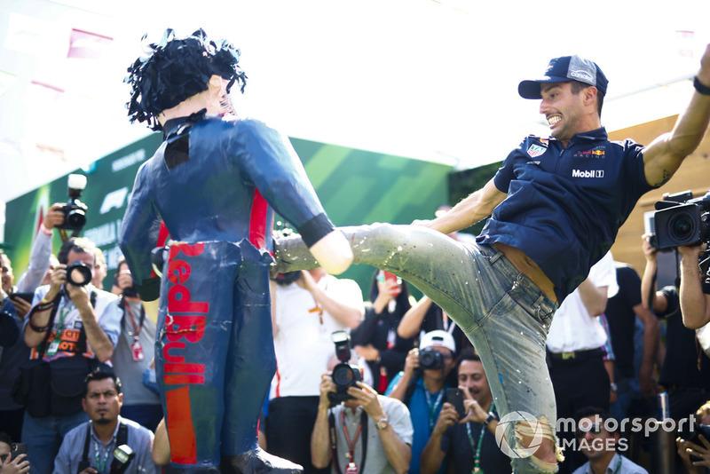 """Daniel Ricciardo: """"Não tenho uma corrida limpa ou um fim de semana limpo há muito tempo. Não sou supersticioso ou qualquer besteira do tipo, mas... o carro está amaldiçoado. Não tenho mais palavras."""""""